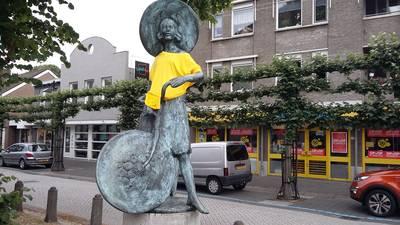 Wat doen die gele truien op de kunstwerken in Zundert?