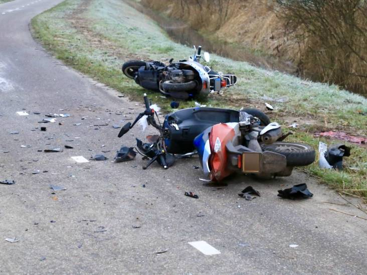 Snorfietser (50) uit Helmond overleden na botsing met brommer in Beek en Donk