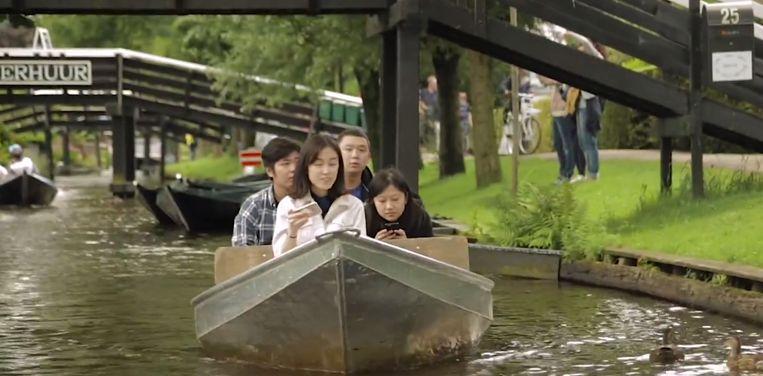 Aziatische toeristen bekijken Giethoorn (en hun telefoon). Beeld Youtube
