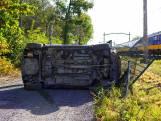 Automobilist crasht tegen hek naast het spoor in Dorst