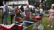 Jongeren spelen tornooi bierpong in gemeentepark