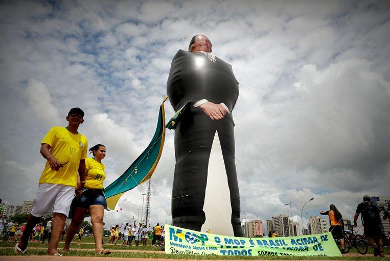 Een enorme opblaaspop van Jair Bolsonaro bij de inauguratie van de Braziliaanse president.  Beeld EPA