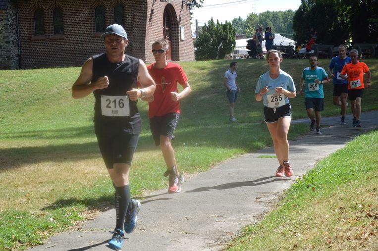 De deelnemers lopen voor het goede doel.