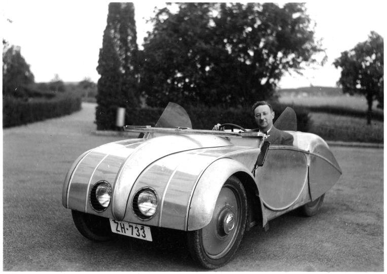 Josef Ganz in het door hem ontworpen prototype van de Volkswagen kever. Beeld