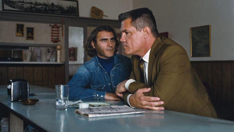 Joaquin Phoenix (links) is privédetective, Josh Brolin rechercheur Beeld Warner Bros. Picture