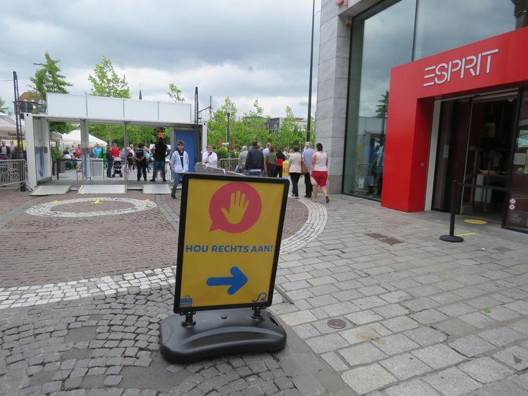 Gedurende 20 minuten mocht er zaterdagmiddag niemand de Ooststraat binnen, enkel verlaten.