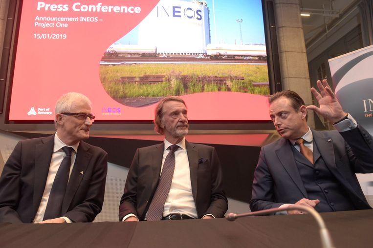 Jim Ratcliffe met Antwerps burgemeester Bart De Wever(N-VA) en oud-Vlaams minister president Geert Bourgeois (N-VA), bij de bekendmaking van de plannen rond de Ineos-investering in de Antwerpse haven. (Foto januari 2019)