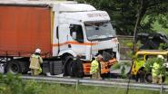 Vrachtwagen rijdt in op file op E313