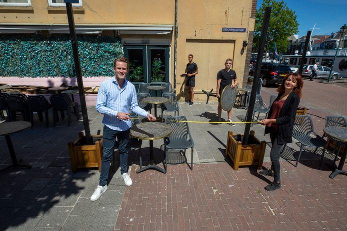 Wiebe Kuipers (links) richt samen met zijn personeel het terras in van Café Pulp.