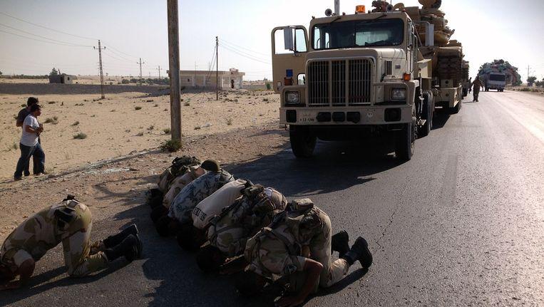 Egyptische militairen bidden bij de noordelijke provinciehoofdstad al-Arish. (Archiefbeeld) Beeld AFP