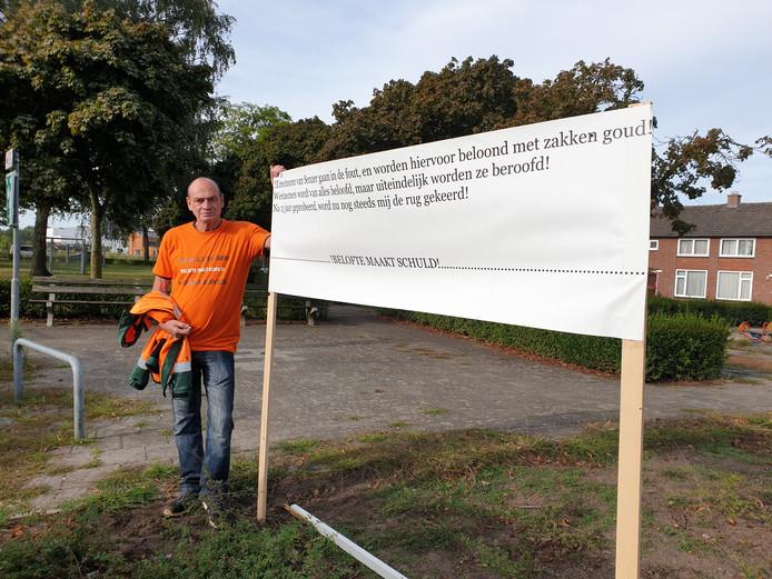 Mario Kuijpers uit Lieshout voert al enkele dagen actie bij het kantoor van werkbedrijf Senzer aan het Montgomeryplein in Helmond omdat hij een conflict heeft met Senzer.