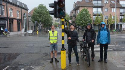 """Fietsersbond hangt rouwlinten aan zwart kruispunt na dodehoekongeval: """"Dringende oproep om 'vierkant groen' in te voeren"""""""