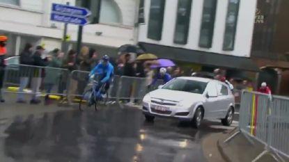 Wanneer je de Ronde echt van dichtbij wil volgen: wagen rijdt plots tussen de renners op het parcours