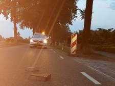 Politie botst met auto bijna op betonblokken: 'Je bent niet goed wijs'
