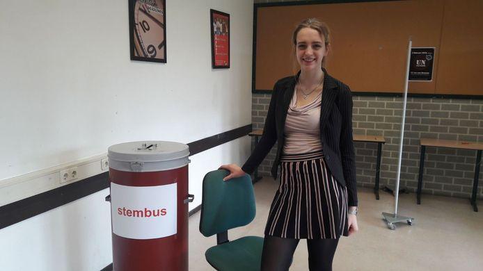 Anne Glerum bij de stembus van het Mill-Hill.