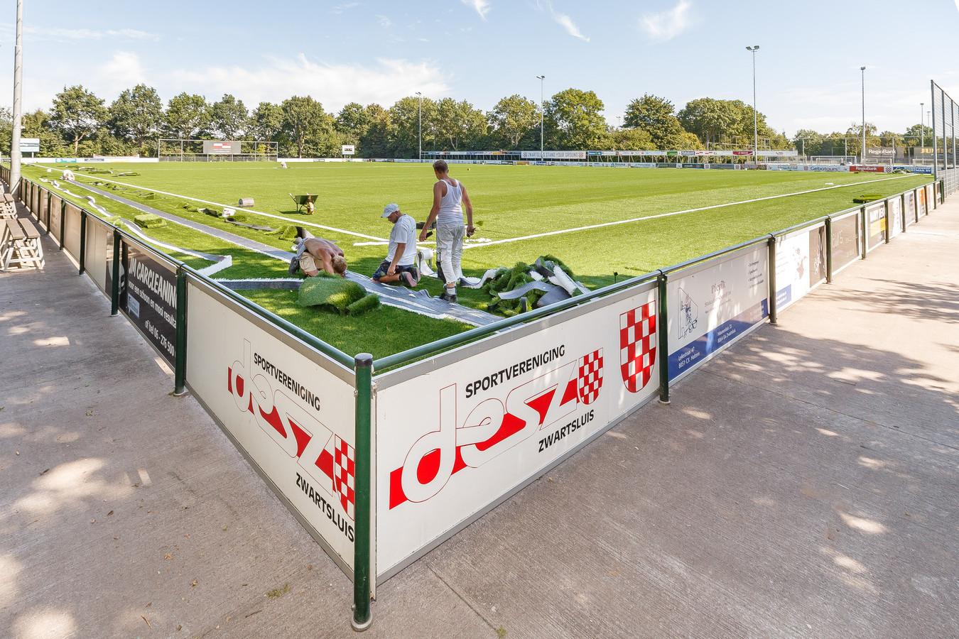 De nieuwe kunstgrasmat op het hoofdveld van sportpark Cingellanden is vrijwel klaar