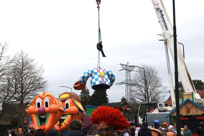 Harde wind zorgt ervoor dat het opbouwen van de carnavalswagens in Maarheeze moeizaam verloopt.