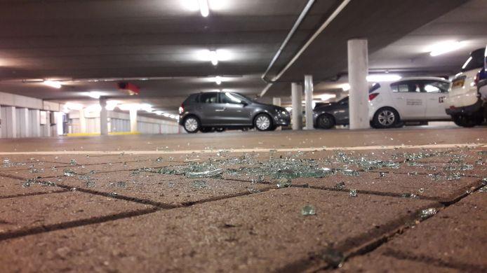 Glasscherven herinneren vrijdagochtend nog aan autoinbraak in parkeergarage Theaterplein in Terneuzen.