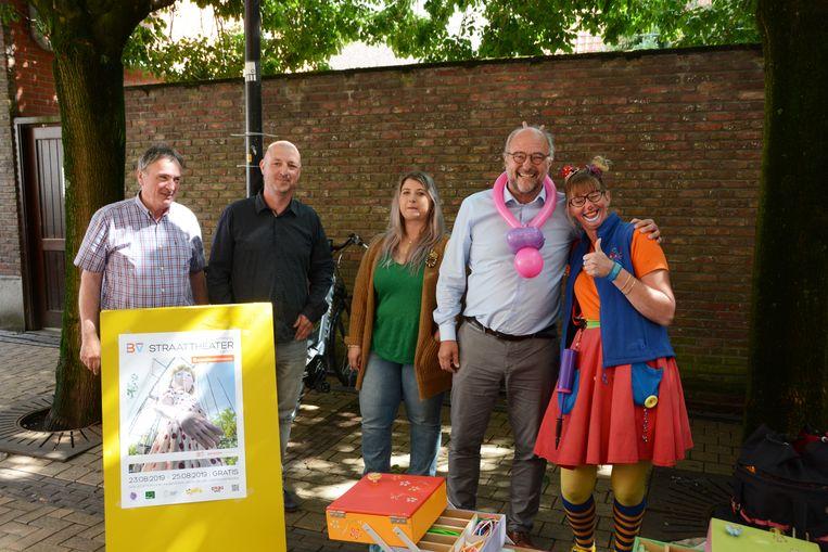 Het team van het Internationaal Straattheaterfestival voerde afgelopen dinsdag promotie tijdens de wekelijkse marktdag.