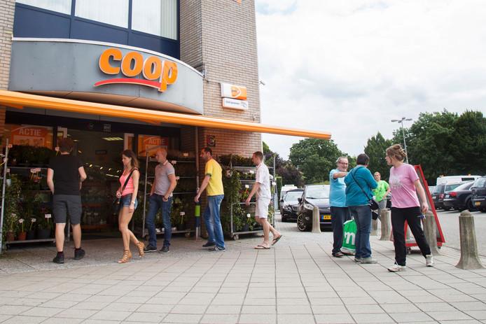 De buurtsuper in Rossum trekt op zondag veel klanten.