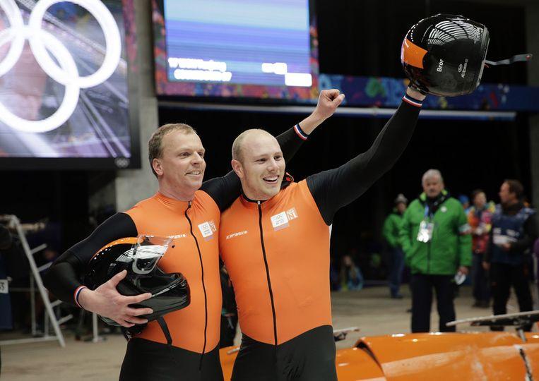 Edwin van Calker en Bror van der Zijde zwaaien naar het publiek na hun laatste heat in de tweemansbob Beeld ap