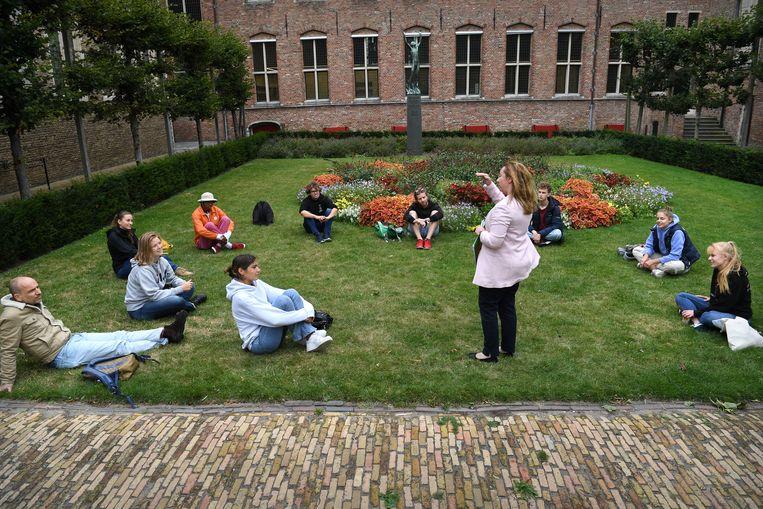 Op het University College Roosevelt in Middelburg krijgen studenten buiten les, ter vervanging van de online colleges.   Beeld Marcel van den Bergh / de Volkskrant