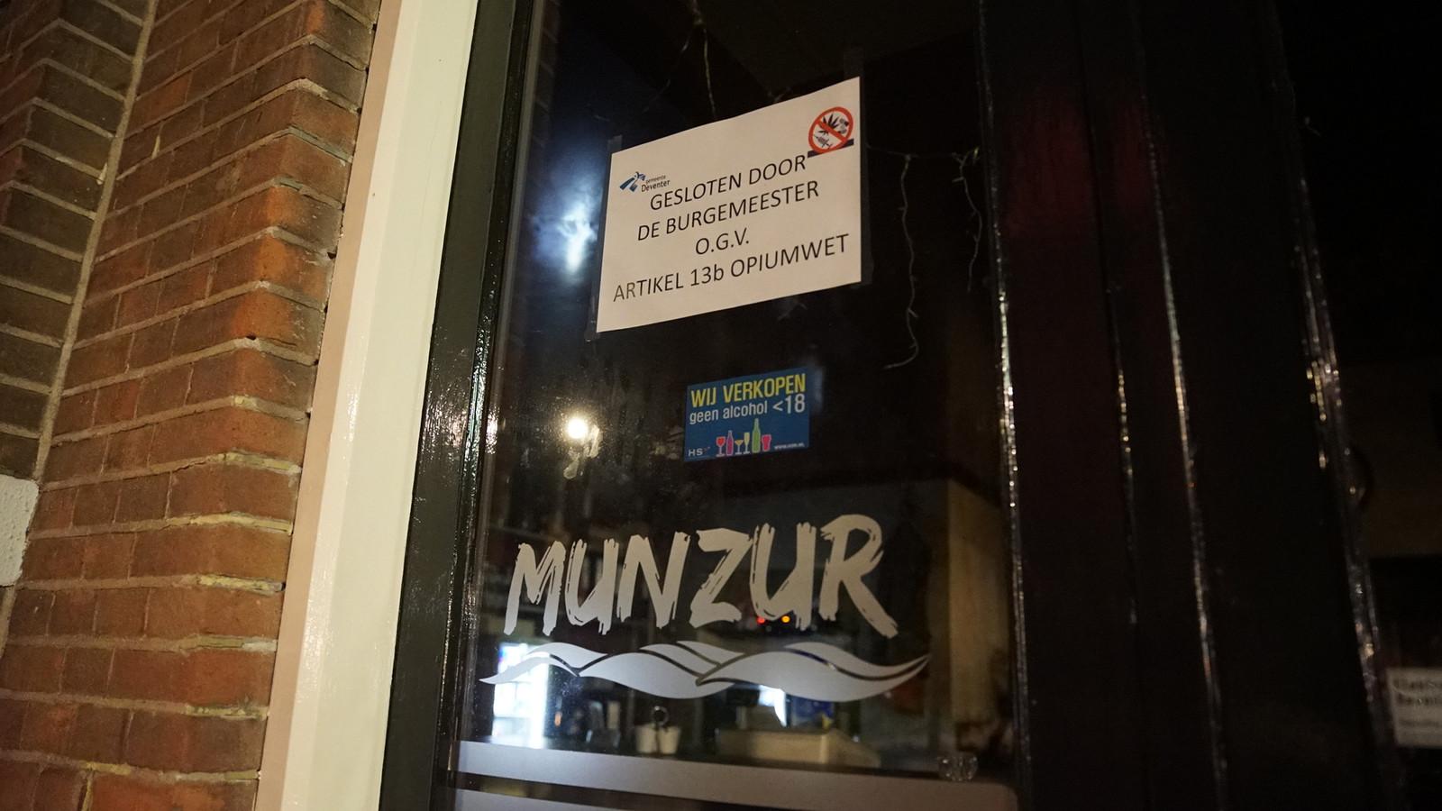 Op de deur bij café Munzur hangt sinds zaterdag een mededeling over de sluiting. De gemeente trof er 800 gram hennep aan.
