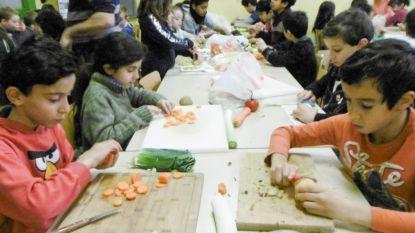 Leerlingen maken soep voor Poverello