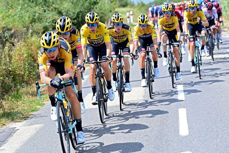 De geelzwarte brigade aan kop van het peloton tijdens de tweede etappe van de Dauphiné, met Roglic in derde positie, links daarvan Steven Kruijswijk en Tom Dumoulin achteraan rechts.  Beeld Photo News