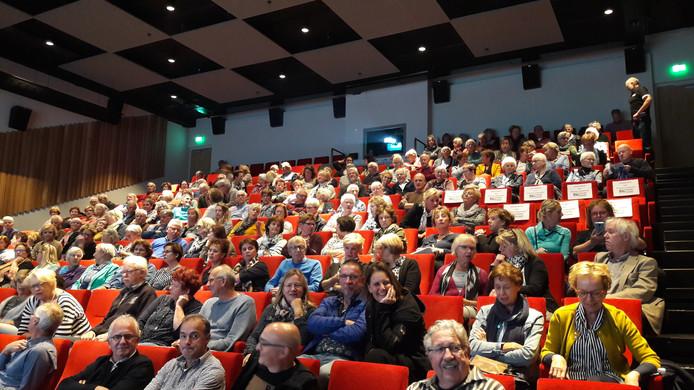 Publiek tijdens de officieuze opening van het nieuwe cultuurpodium in 't Spectrum in Schijndel. Op deze avond in oktober werd een film van de Filmclub Schijndel vertoond.