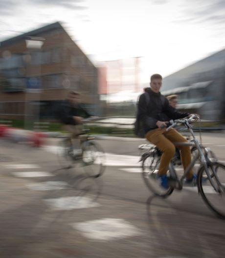 Docenten Citadel College bellen niet op maar fietsen de examenuitslagen in 14 dorpen rond