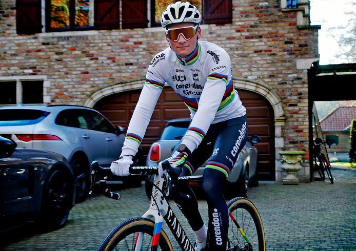 Mathieu van der Poel in de regenboogtrui, die hij won als wereldkampioen veldrijden.