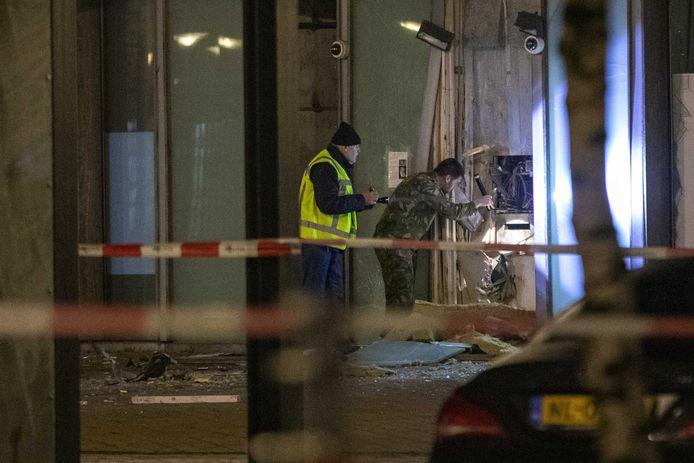 Bij een plofkraak op een pinautomaat aan het Lambertus Zeilplein in Amsterdam Nieuw-West is een enorme ravage ontstaan. Onbekend is of de dader(s) geld hebben buitgemaakt.