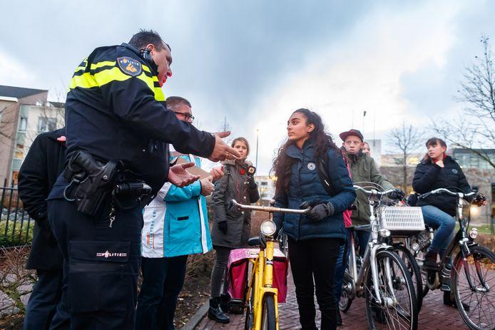 Politie, Veilig Verkeer Nederland, school en buitengewoon opsporingsambtenaren van de gemeente Moerdijk controleerden dinsdagmorgen de fietsverlichting van leerlingen van het Markland College in Zevenbergen.
