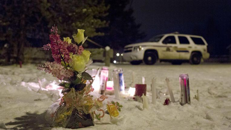 Kaarsen en bloemen voor de slachtoffers van de schietpartij in La Loche. Beeld ap