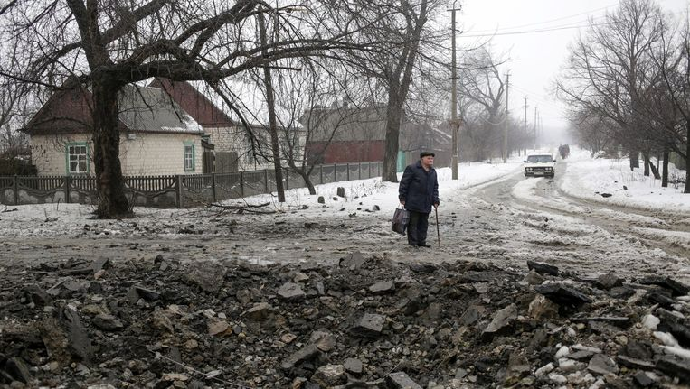 Inwoners proberen weg te komen uit de belegerde stad Debaltsevo. De man op de foto komt niet voor in dit verhaal. Beeld epa