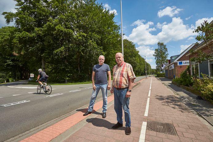 Ferdinand van Alen (links) en Harm Oosting strijden al bijna twee jaar voor een veiliger N319. Van Alen: ,,Van de provincie zelf verwacht ik niets meer, die negeert ons volkomen.''