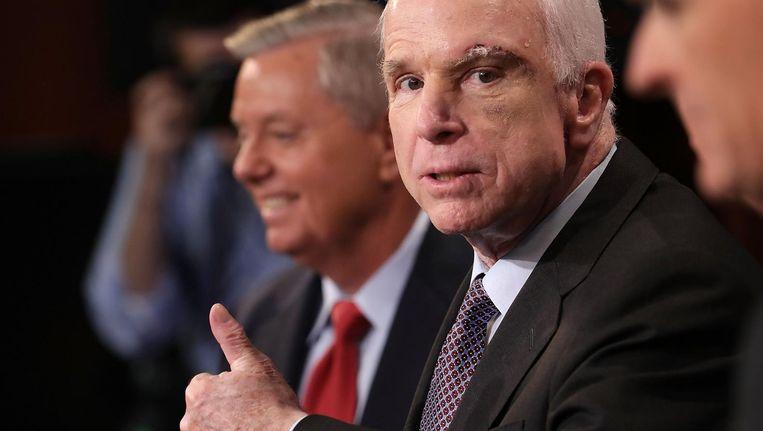 McCain tijdens een persconferentie waarin hij zijn keuze verantwoordt. Beeld afp