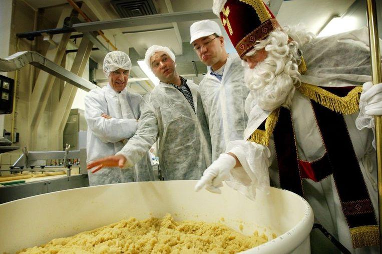 Mark Rutte (naast Sinterklaas) als staatssecretaris bij een bezoek aan een banketfabriek. Beeld anp