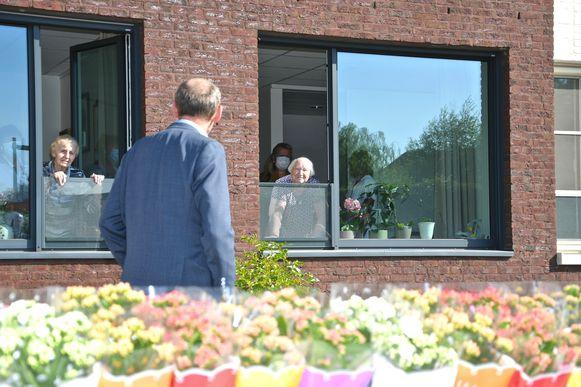 Burgemeester Jan Seynhaeve maakte maandagmorgen een praatje met een paar bewoners van WZC Elckerlyc