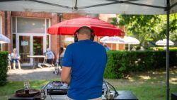 """Gert en DJ Sam geven dj-feestjes voor rusthuisbewoners: """"Vooral Nederlandstalige meezingers en klassiekers, zodat ze een dansje kunnen placeren"""""""