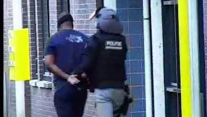 Dani M. wordt afgevoerd door de politie.