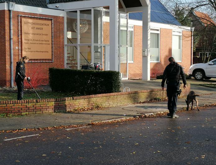De politie zocht dinsdag met honden en een metaaldetector naar sporen van de schietpartij in Doetinchem.
