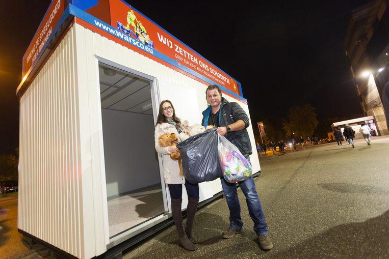 Jeffrey brengt de beren van zijn dochter Jana naar de container aan de ingang van het stadion.
