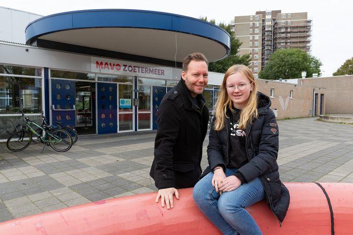 Fieke en haar vader Jacco Strating voor de MAVO Zoetermeer die tot hun verdriet na dit jaar haar deuren moet sluiten.