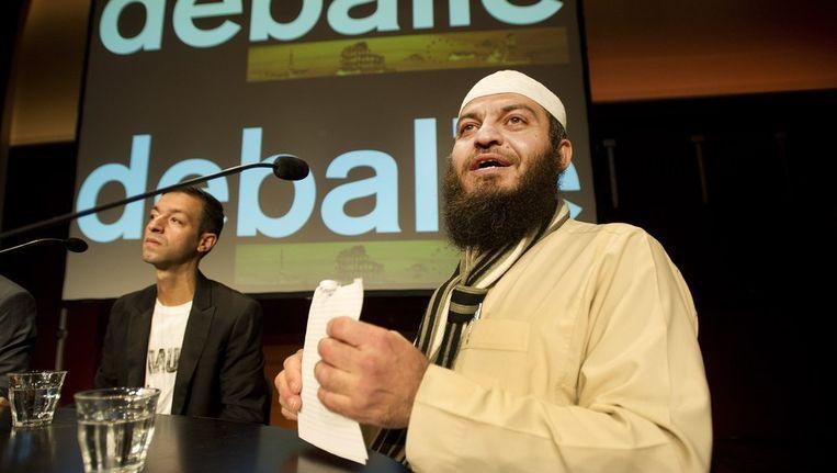 De Britse shariageleerde Haitham al-Haddad (R) en GroenLinks-tweede kamerlid Tofik Dibi (L) nemen vrijdagavond deel aan een discussieavond in De Balie in Amsterdam. Beeld anp