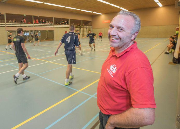 Leo Vroegop van de stichting Vrienden van Siem kijkt terug op een geslaagd 'Siems eindejaarstoernooi'. Het jaarlijkse zaalvoetbaltoernooi werd voor het eerst gespeeld in De Meulvliet in Tholen.