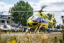 Een ic-traumahelikopter landt bij het ziekenhuis in Venlo om daar een coronapatiënt af te leveren.
