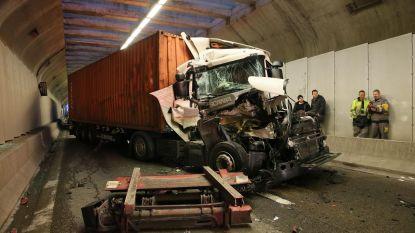 Ongeval met vier vrachtwagens legt Tijsmanstunnel lam