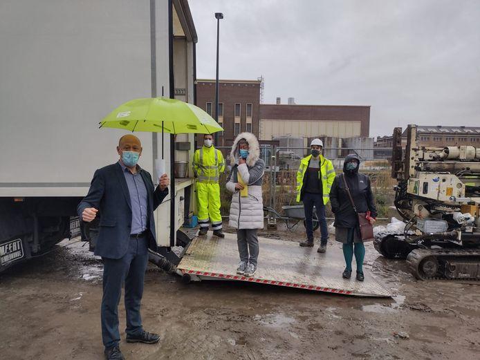 OVAM en de stad Gent stelden het project samen voor op een kletsnatte persconferentie.